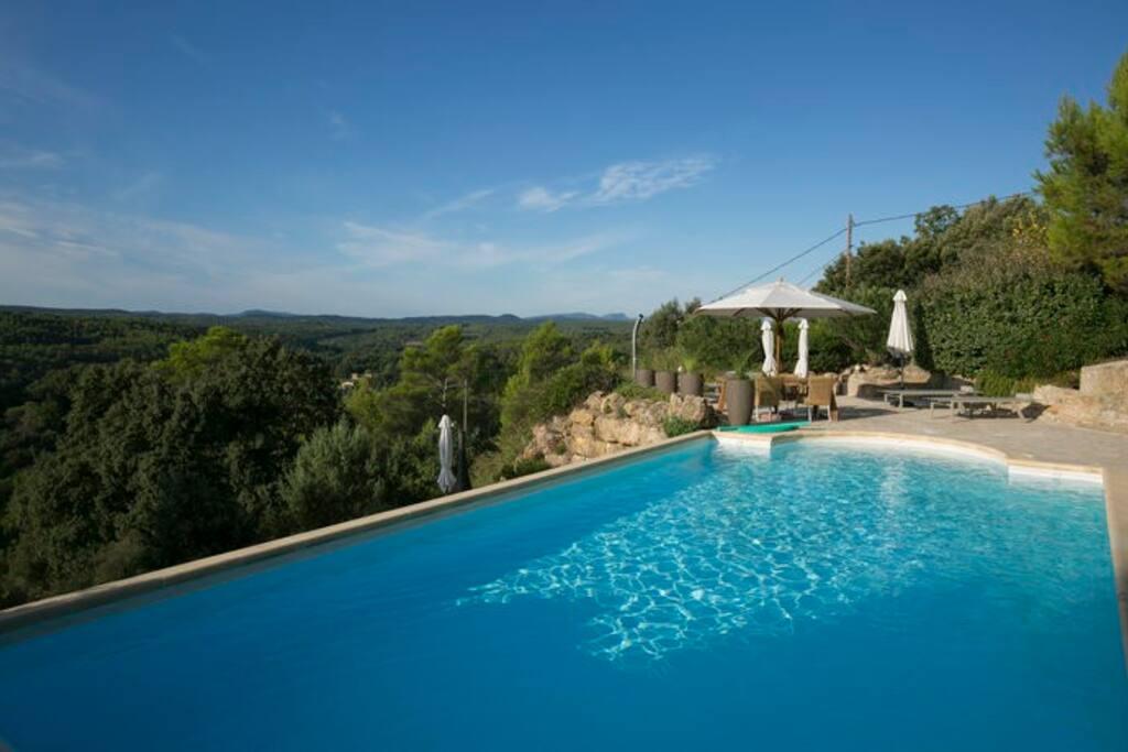 Verwarmd zoutwater zwembad met schitterend uitzicht