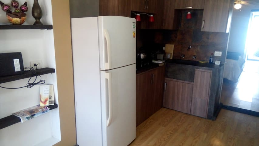 Incluye cocineta, trastes, cacerolas, cubiertos, detergente, cafetera, tostadora de pan, tazas y vasos.