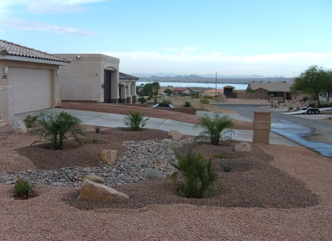 BOEING BAY HIDEAWAY-LAKESIDE- CLEAN-WALK TO WATER - Lake Havasu City - Casa