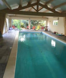Maison moderne piscine intérieure - Saint-Benoist-sur-Mer