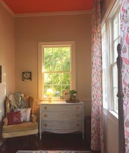 Cutest Damn Room - Madisonville - Casa