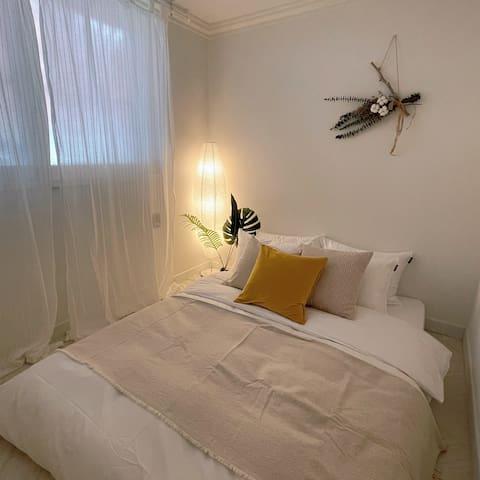 두번째 방입니다. 낮은침대로 내츄럴한 분위기의 편안하고 아늑한 방입니다.