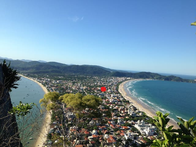 o ponto vermelho é a localização da casa. Fica a 50 metros da praia mariscal e 150 metros da praia canto grande