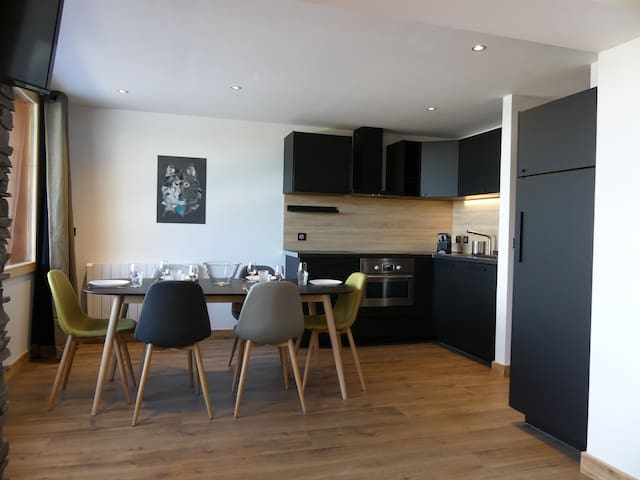 Cuisine ouverte et espace repas / Opened kitchen and dining area