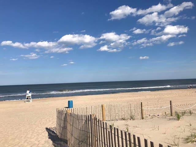 Cozy Oceanside Condo, a few steps to the beach