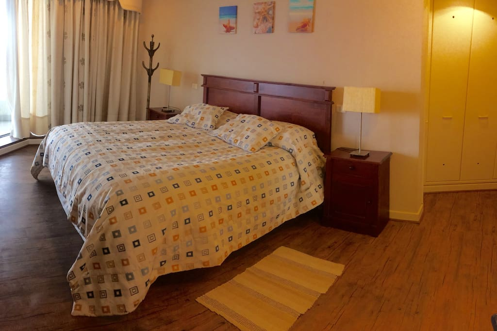 Dormitorio principal, cama king, con vista al mar y la laguna, en suite.