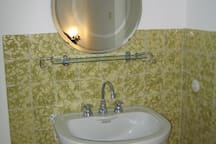 Waschgelegenheit im Zimmer (plus zusätzliches Badezimmer)