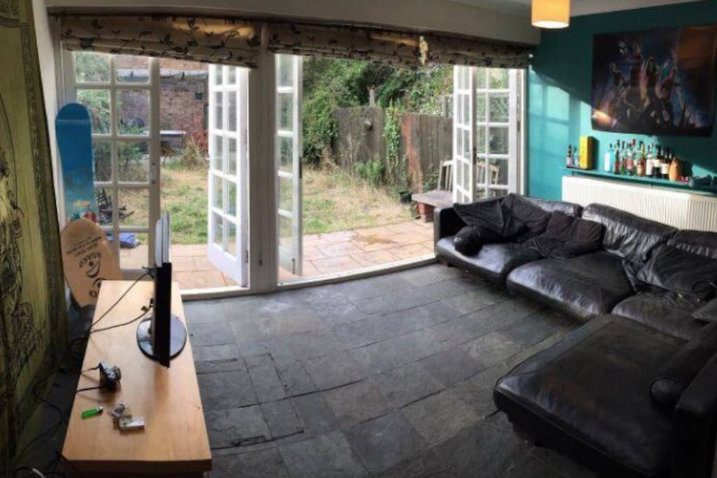 Huge living room with a nice garden.