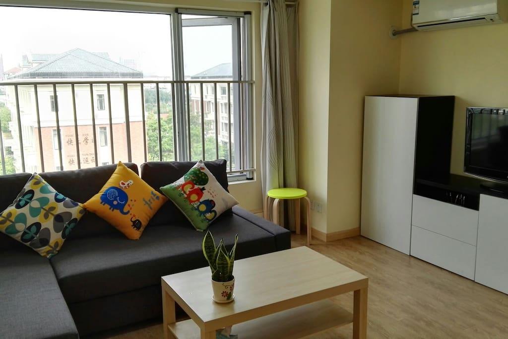 客厅,配备有沙发,茶几,电视,电视柜子,餐桌,电视,衣架,鞋柜