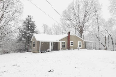 Cozy Quarters, wooded seclusion & no cleaning fee!