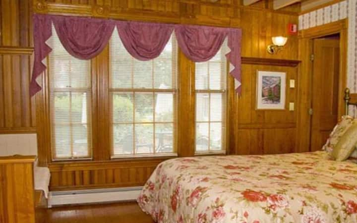 Emma Room 12 · Lake Winnipesaukee Historic Inn at Smith Cove-12