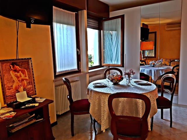 Monolocale con cucinotto e ampio bagno / Flat apartment with kitchen and  large bathroom