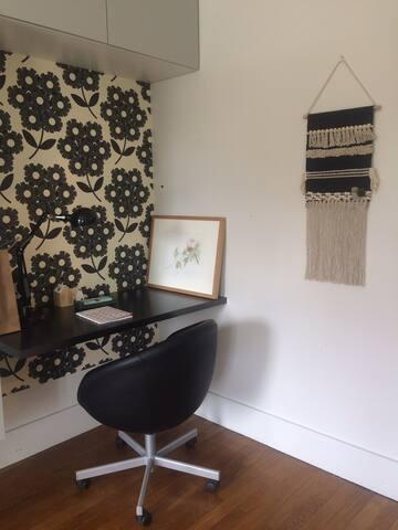 Petit coin bureau dans la chambre