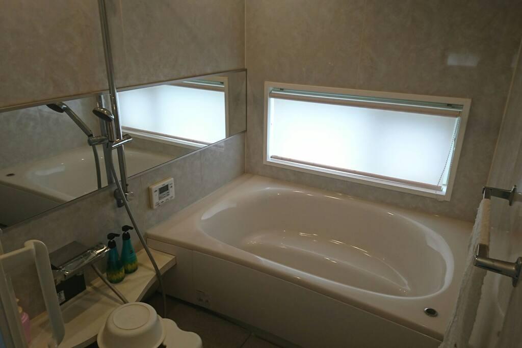大きく明るいバスルーム
