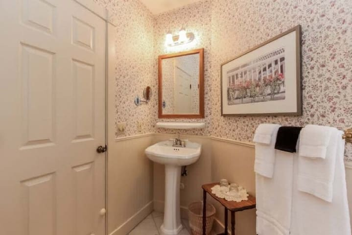 The Samson Resort Room - Yelton Manor Bed & Breakfast