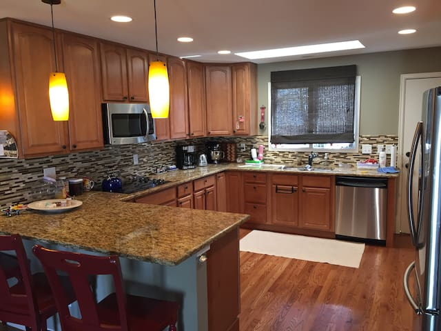 Large Comfortable Home on City Golf Course - Aurora - Hus