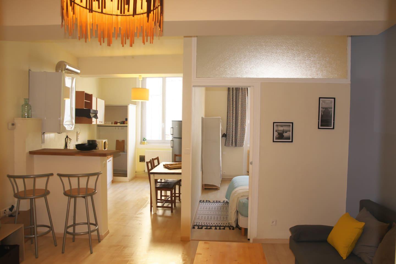 Appart. lumineux avec cuisine ouverte sur salon et chambre séparée attenante. Fenêtres de cuisine et de chambre donnant sur la rue (menuiseries PVC double vitrage assurant l'apport principal de luminosité naturelle / réduction des nuisances sonores).
