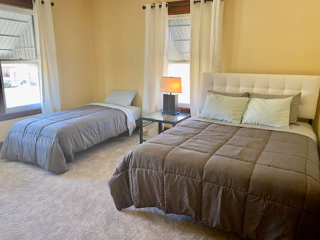 2nd Bedroom with qn and twin beds