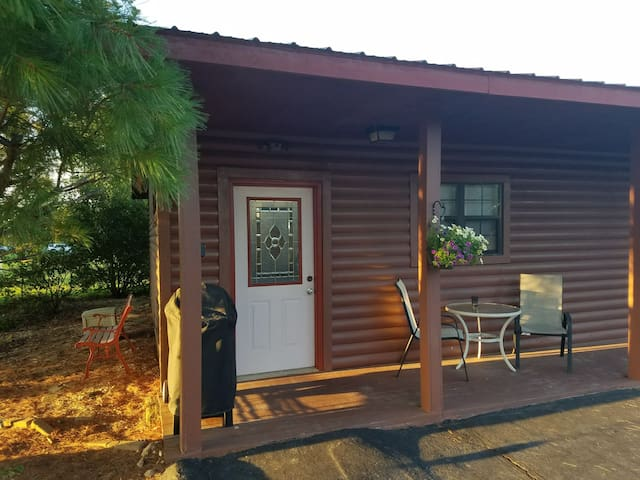 Cabin w/game room! Between Branson and Springfield