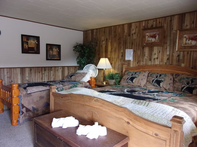 Room 4 Bear Cave 360 degree Mountain Views in  Heart of The Rockies