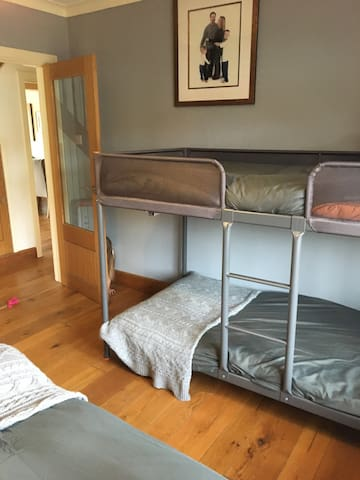 Lovely ground floor double bedroom sleeps 3