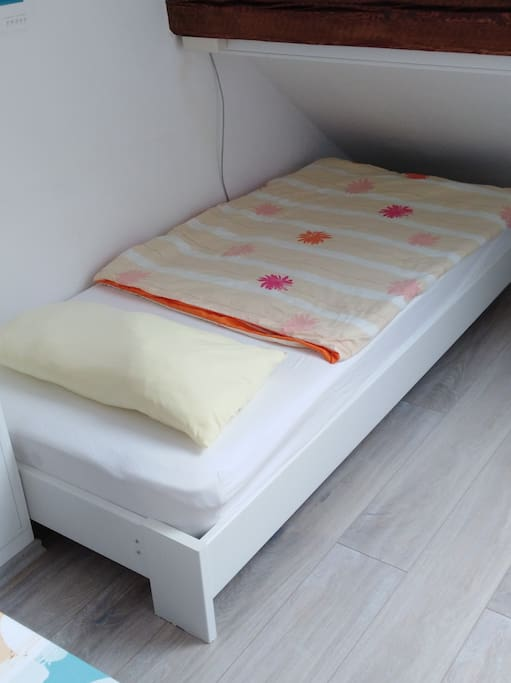 Zweites Bett mit den Maßen 200x90 cm