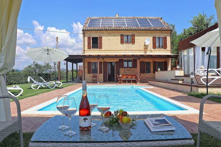 Villa with private swimming pool and Jacuzzi in hilly surroundings, half an hour from the coast
