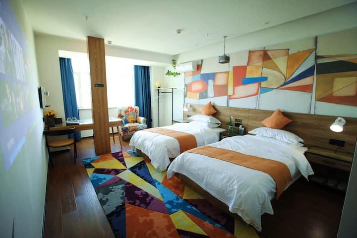AsHome·影院酒店·4K高清定制投影仪片源丰富·旅行途中的私人影院