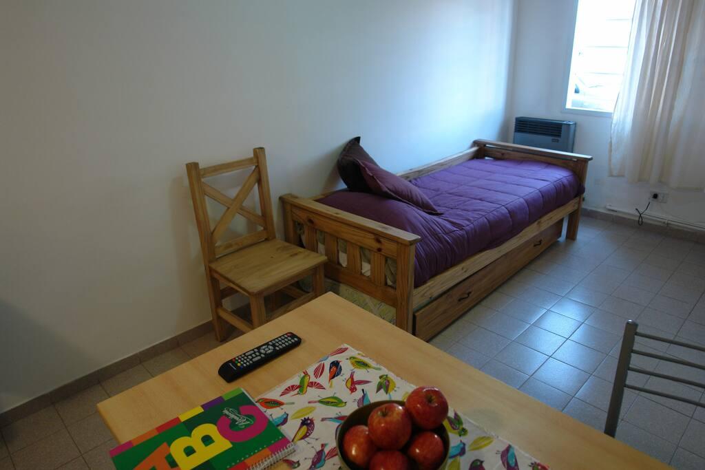 Living, TV por Cable. Internet Wi Fi.  Diván/cama que cuenta con cama marinera.