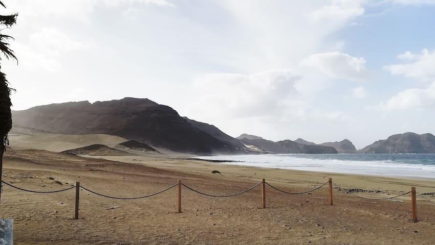 Praia da Salamansa, a cerca de 10 km da cidade