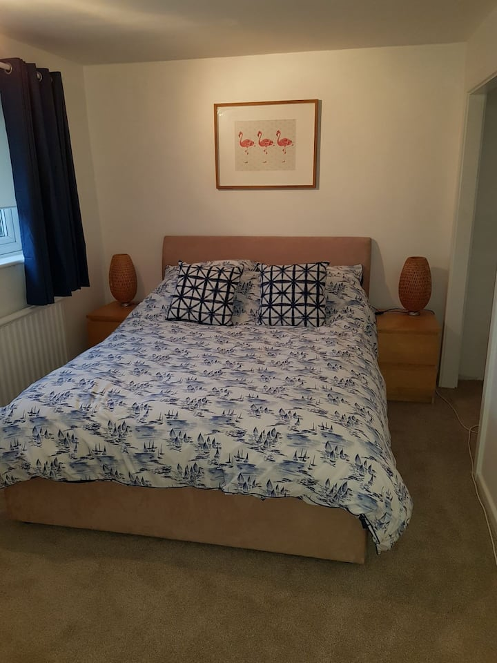 King size bed in lovely sunny room. Free parking.