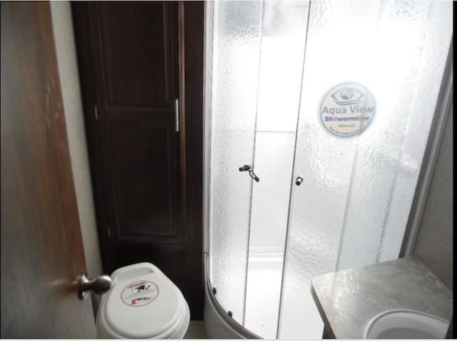Large spacious bathroom / Shower