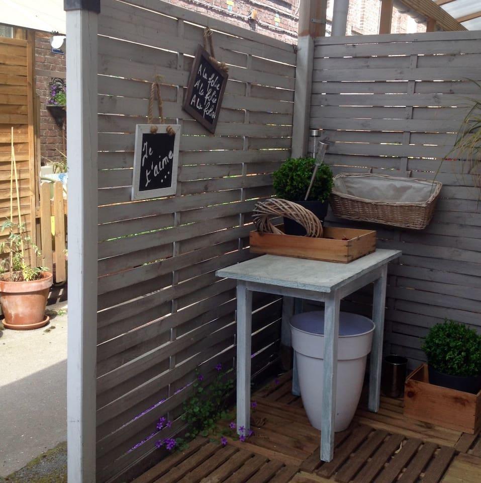 Jolie maison d'artiste.une petite terrasse en retrait ou je vais peindre en été.
