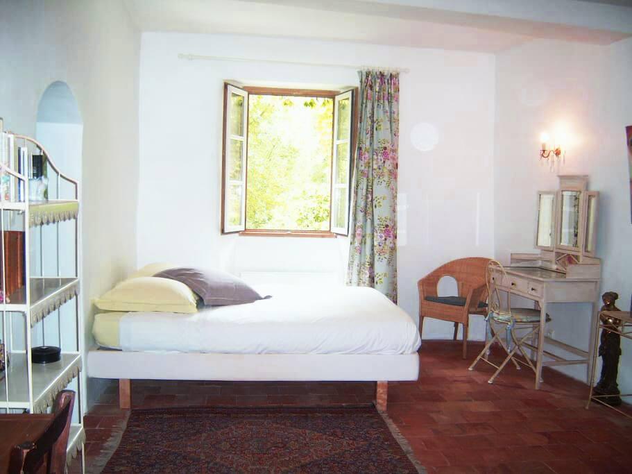 Chambre 2 de 2 pièces,Chambre Treille de 45m2, pièce deux, configuration lit double.