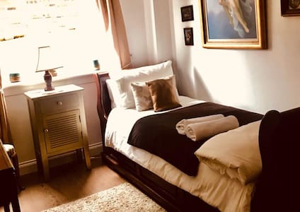 Deluxe Bedroom- 2 single beds-in cosy house