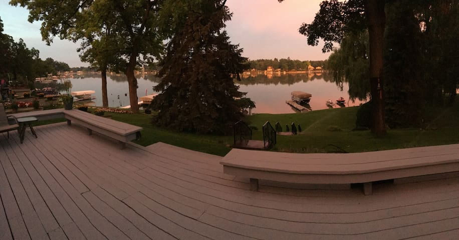 Cozy Lakefront Home - Watch the Sunset on the Deck