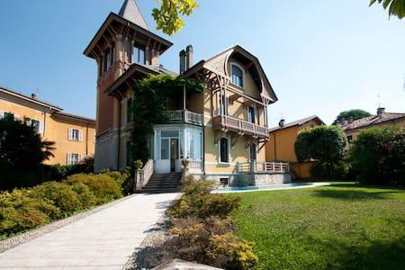 Beautiful Liberty Villa on the Lake - Porto Valtravaglia - 別荘