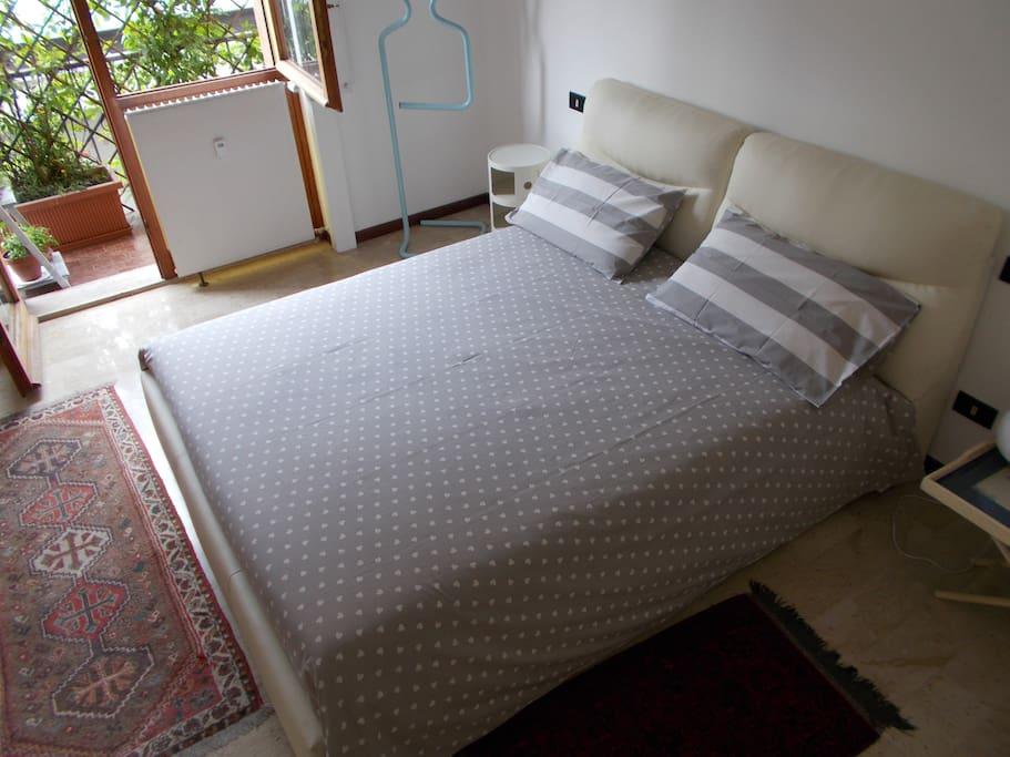 Il letto è grande, con materasso nuovo  e confortevole