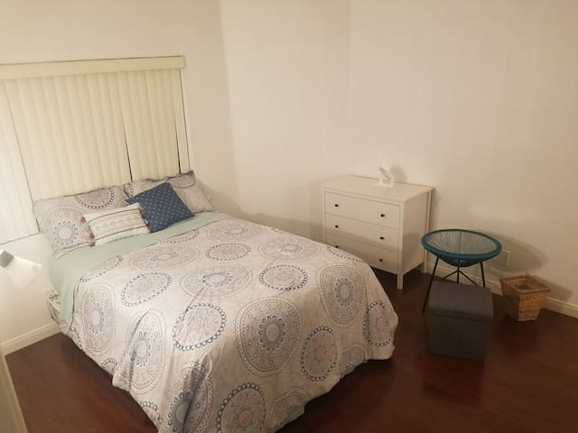 Center of LA/Great location/cozy 1b1b master room