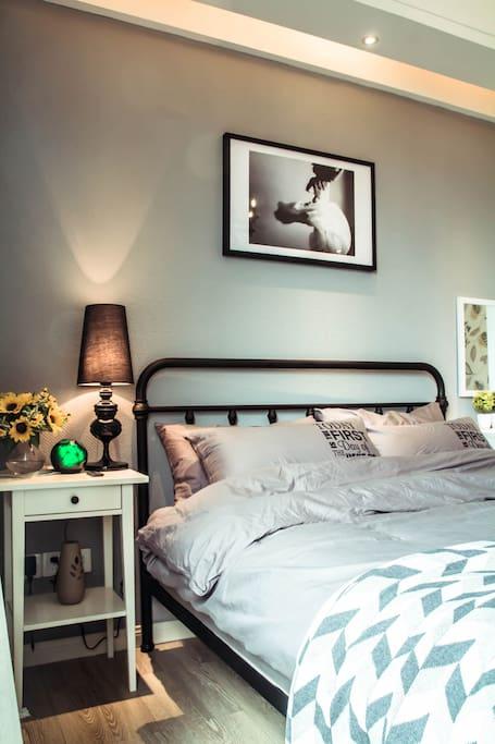 精心挑选的床头画,很文艺范。