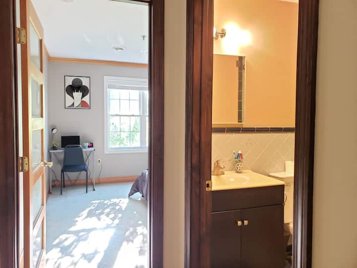 Quiet and comfortable Private Room close to Boston