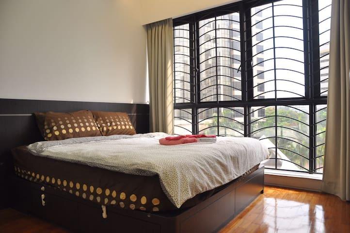 King size bed-En suite toilet-Biopolis,Insead
