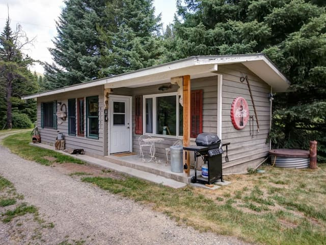 Stay Montana 2 Day Cxl - Fly Fishing Cottage on the Gallatin River with Hot Tub!