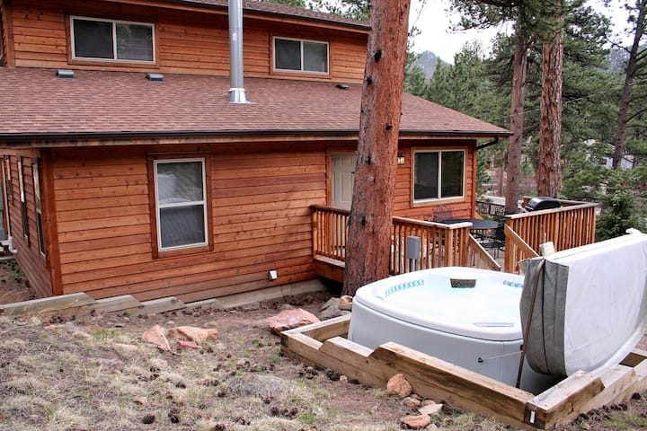 Comfortable 3 bedroom with Personal Hot tub on deck