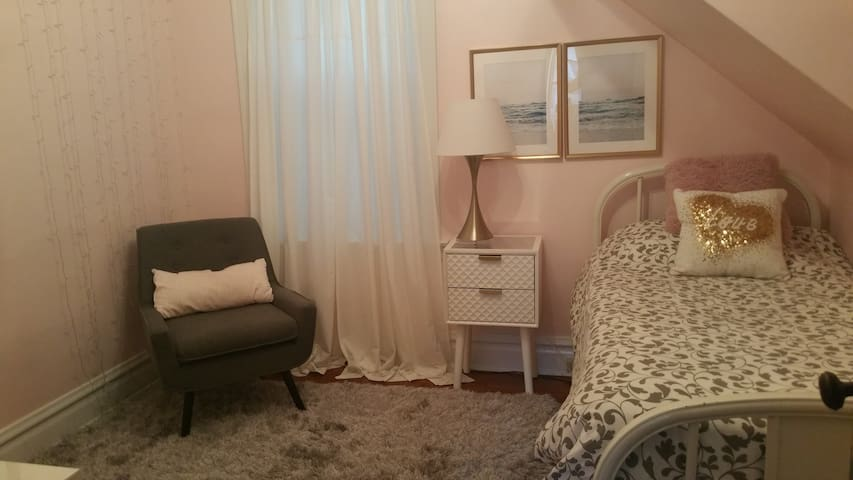 Lovely Twin Rm in Linc Sq Victorian