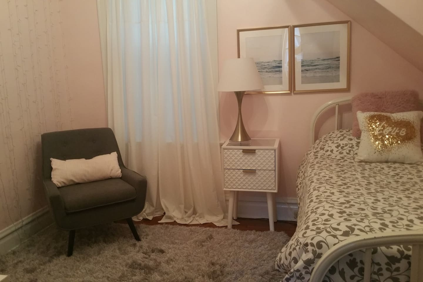 Peaceful, lovely pale pink twin room in a spacious 1st-floor apartment.