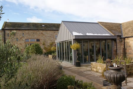STUNNING BARN , PRIVATE WING, GARAGE+ HELIPAD - North Yorkshire