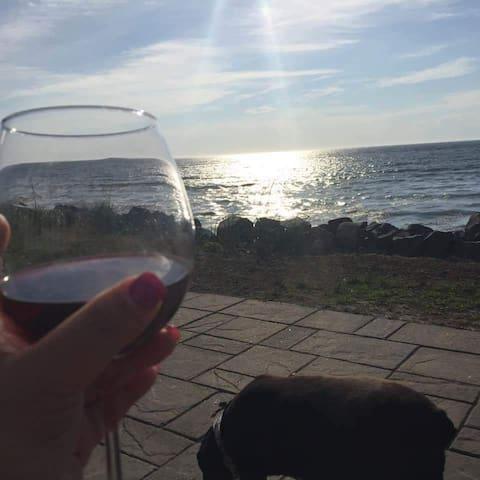 Un verre de vin sur la terrasse