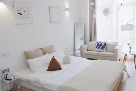 「 招呼·Room4 」)海盐 · 财富广场商圈旁 带投影仪的设计感美学民宿