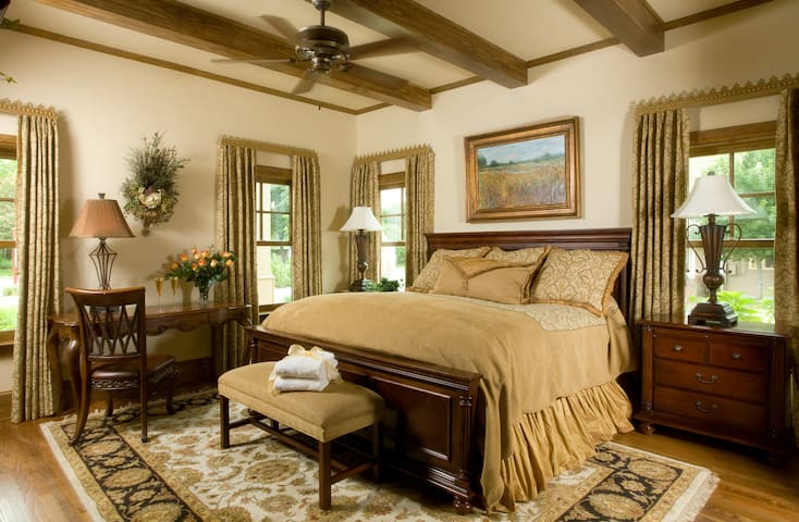 Luxury Room at Upscale B&B on the Lake - Granbury - Penzion (B&B)